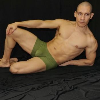 boxer microfibra hombre cintura baja hecho en Chile color verde paco, vista sentado de frente.