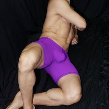 Calza corta que destaca el culo y el paquete masculino, vista acostado de frente