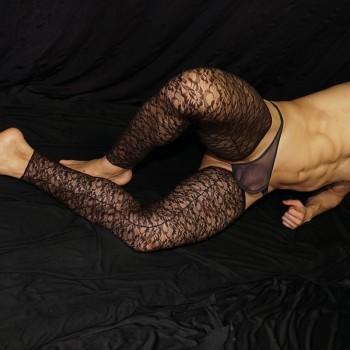 El encanto de lo prohibido. Usa medias de encaje para el hombre moderno que no tiene tapujos, vista de frente.