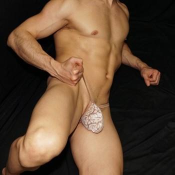 El encanto del encaje beige, tentador, seductor en sutien para hombre. vista de lado.