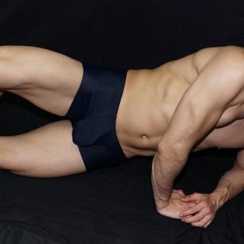 lo tradicional es bienvenido, boxer azul marino hombre. vista acostado de frente