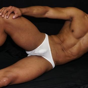 slip o bikini para hombre color blanco, un clásico en ropa interior para hombre. vista acostado de frente.