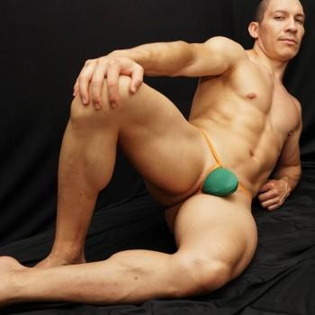 sutien de hombre hecho en elasticos naranja y frente de malla verde vista de frente