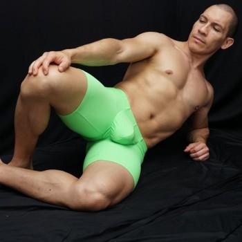 calza corta para mostrar paquete y culo en toda su belleza, vista acostado de frente