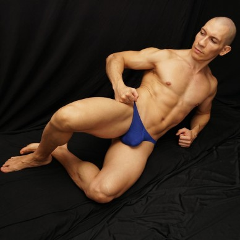 sutien malla azul de finos hoyitos fresco y respirable, vista acostado de frente