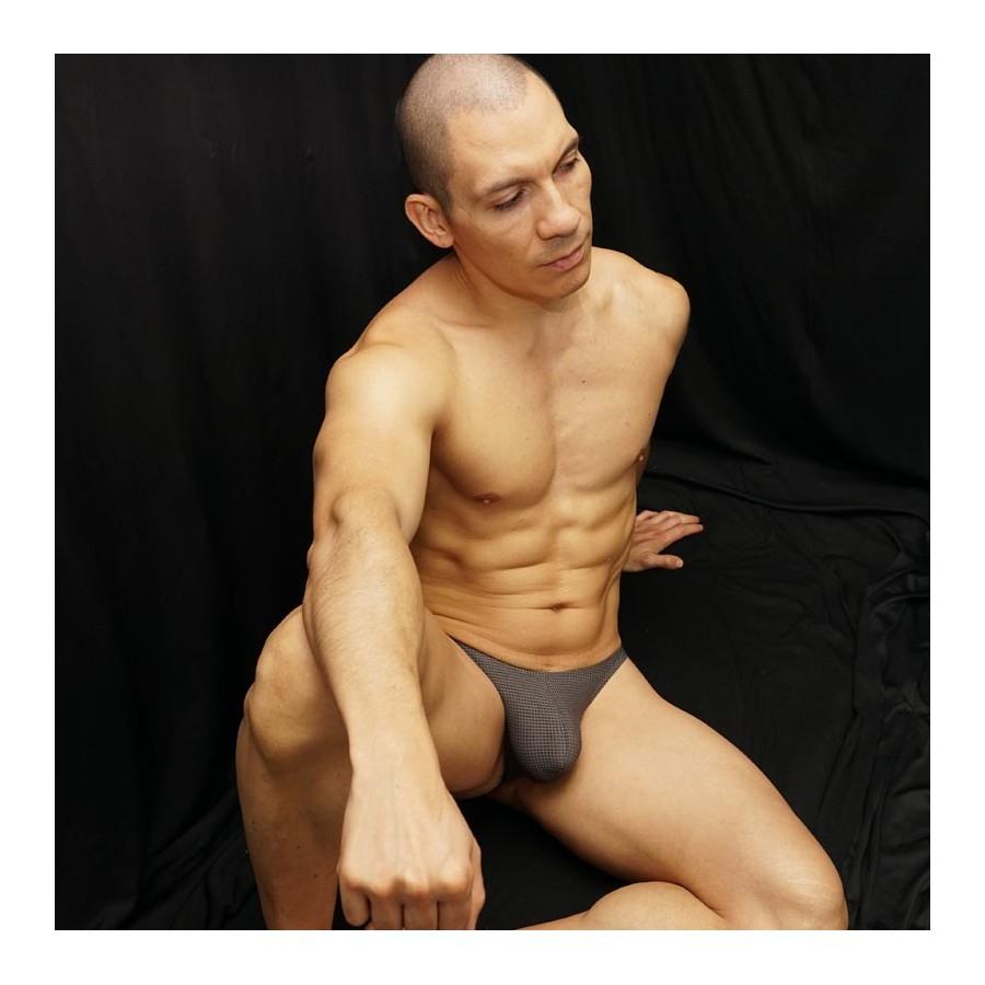 sutien masculino de malla microfibra microperforada gris. Vista de frente sentado.