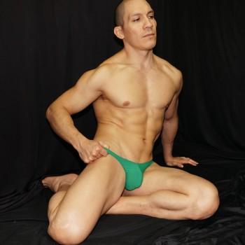 sutien de color verde tradicional, comodo para todo el dia sin incomodar porque contiene elasticos con lycra, vista de frente