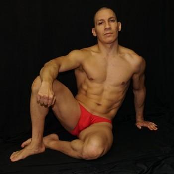 slip para hombre microfibra rojo, vista sentado de frente
