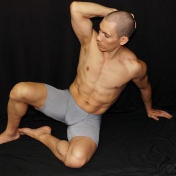 calza corta marcadora de culo y paquete color gris suave. vista de frente acostado