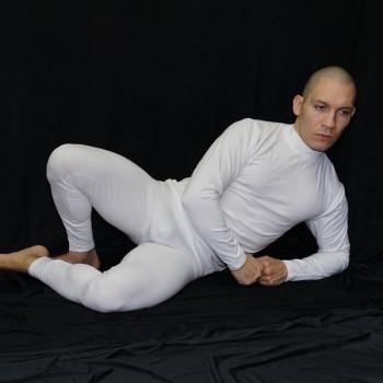calza larga spandex elastano lycra  hombre blanca. Vista de frente acostado