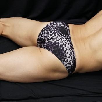 slip cachetero hombre leopardo negro, marca culo y paquete, vista de espalda