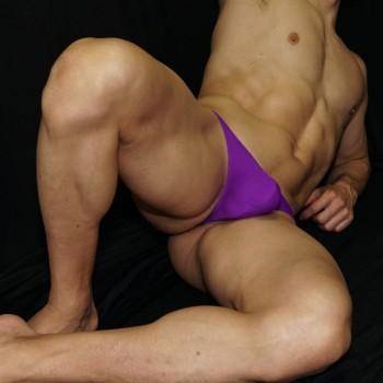 sutien hombre  purpura o morado vista acostado de frente